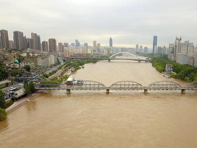 Foto dari udara memperlihatkan pemandangan Sungai Kuning di Chengguan, Kota Lanzhou, Provinsi Gansu, China, Selasa (21/7/2020). Stasiun hidrologi Lanzhou di Sungai Kuning menyaksikan banjir kedua tahun ini dengan aliran air mencapai 3.000 meter kubik per detik. (Xinhua/Fan Peishen)