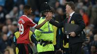 Striker Manchester United (MU) Marcus Rashford dan Louis van Gaal. (AFP/Oli Scarff)