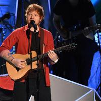 Ed Sheeran saat tampil dalam MTV VMA 2017 (Entertainment Weekly/ Kevin Winter/Getty Images)
