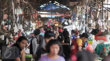 Aktivitas jual beli di pasar tradisional Pasar Minggu, Jakarta, meningkat menjelang Lebaran 1437 H, Senin (4/7). Warga menyerbu pasar tradisional untuk mencari kebutuhan Hari Raya Idul Fitri. (Liputan6.com/Yoppy Renato)