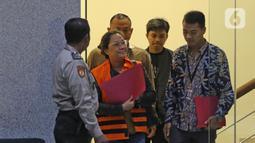 Asisten Komisioner KPU Wahyu Setiawan, Agustiani Tio Fridelia (kedua kiri) usai menjalani pemeriksaan di Gedung KPK, Jakarta, Jumat (10/1/2020). KPK menahan Agustiani yang sebelumnya ditetapkan sebagai tersangka kasus suap terkait PAW anggota DPR RI periode 2019-2024. (Liputan6.com/Herman Zakharia)