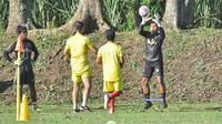 Kiper Arema, Andriyas Francisco dan Tegar Surya Mahendra, menjalani porsi latihan keras sepanjang Ramadan. (Bola.com/Iwan Setiawan)