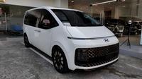 Hyundai Staria menyuguhkan desain wajah yang futuristik dan terlihat tak biasa. (Septian/Liputan6.com)