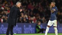 Pelatih Manchester United, Jose Mourinho, memberikan instruksi kepada Ashley Young saat melawan Southampton pada laga Premier League di Stadion St Mary, Southampton, Sabtu (1/12). Kedua klub bermain imbang 2-2. (AFP/Glyn Kirk)