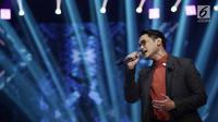 Penyanyi Afgan saat tampil menghibur penonton dalam acara SCTV Music Award 2018 di Studio 6 Emtek, Jakarta,Jumat (27/4). (Liputan6.com/Faizal Fanani)