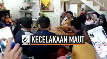 Suasana duka di rumah korban tewas tertimpa truk. Sebelumnya terjadi kecelakaan truk mengangkut tanah oleng saat melintas di Karawaci, Tangerang, Banten. Truk terguling menimpa sebuah mobil berisikan empat penumpang dan saatu balita.