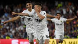 Striker Valencia, Kevin Gameiro, merayakan gol yang dicetaknya ke gawang Barcelona pada laga Copa del Rey di Stadion Benito Villamarin, Sevilla, Sabtu (25/5). Barcelona kalah 1-2 dari Valencia. (AFP/Jose Jordan)