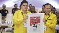 Ketua Umum Partai Golkar (kiri), Airlangga Hartarto mendapatkan nomor 4 sebagai peserta pemilu 2019 saat pengundian nomor urut parpol di kantor KPU, Jakarta, Minggu (19/2). (Liputan6.com/Faizal Fanani)