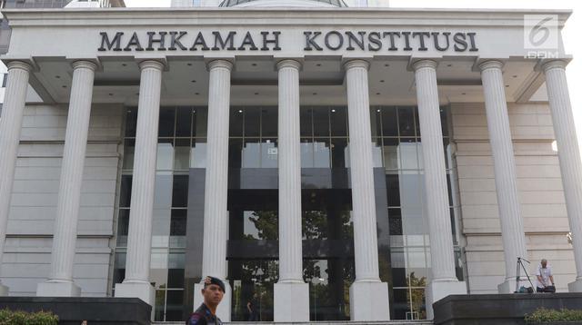 Personel Brimob berjaga di depan Gedung Mahkamah Konstitusi (MK), Jakarta, Selasa (25/6/2019). Jelang sidang pembacaan putusan akan digelar pada Kamis (27/6), sekitar 47.000 personel keamanan gabungan akan disiagakan di Ibu Kota DKI Jakarta. (Liputan6.com/Helmi Fithriansyah)