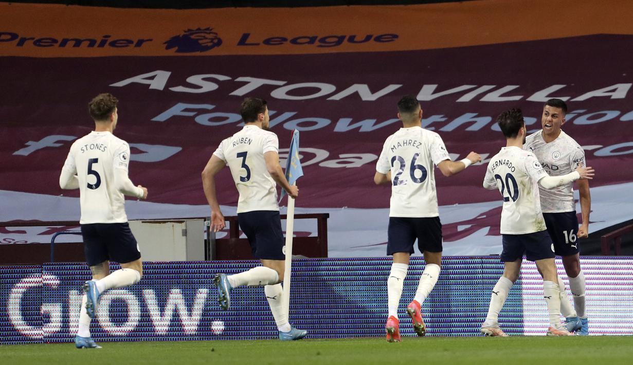 Pemain Manchester City Rodrigo (kanan) melakukan selebrasi usai mencetak gol ke gawang Aston Villa pada pertandingan Liga Inggris di Villa Park Stadium, Birmingham, Inggris, Rabu (21/4/2021). Manchester City menang 2-1. (Geoff Caddick/Pool via AP)