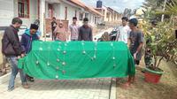Para kerabat dan tetangga Ak, tersangka Video syur Vina Garut, tengah membawa jenasah untuk dishalatkan di mesjid Al-Kautsar kawasan tempat tinggal tersangka (Liputan6.com/Jayadi Supriadin)