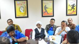 Ekspresi Salman Nuryanto saat di periksa Satgas Waspada Investasi OJK, Jakarta, Senin (28/11). Satgas memutuskan menghentikan kegiatan penghimpunan dana masyarakat tersebut terhitung sejak tanggal 11 November 2016. (Liputan6.com/Angga Yuniar)
