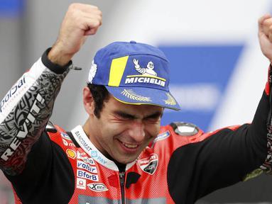 Pembalap Ducati, Danilo Petrucci, melakukan selebrasi usai menjuarai balapan MotoGP Prancis di Le Mans, Minggu (11/10/2020). Petrucci finis pertama dengan catatan waktu 45 menit 54,736 detik. (AP Photo/David Vincent)