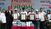 Kapolda Riau Irjen Widodo Eko Prihastopo (bertopi hitam) menerima rekor MURI terkait penyelenggaraan Millenial Road Safety Festival di Pekanbaru. (Liputan6.com/M Syukur)