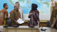 Evi Novida Ginting (ketiga kiri) bersama Ketua KPU RI, Arief Budiman usai memberi keterangan terkait pernyataan sikap KPU RI terhadap putusan DKPP di Jakarta, Kamis (19/3/2020). Evi Novida Ginting menyatakan keberatan dan akan mengajukan gugatan atas putusan DKPP. (Liputan6.com/Helmi Fithriansyah)