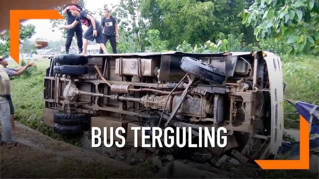 Belasan mahasiswa menjadi korban kecelakaan bus di Sulawesi Tenggara. Kecelakaan diakibatkan sopir yang tak mampu mengendalikan kendaraan.