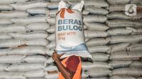 Pekerja saat mengangkut karung berisi beras yang belum terpakai di Gudang Bulog Divisi Regional DKI Jakarta, Kelapa Gading, Kamis (18/3/2021). Dirut Perum Bulog Budi Waseso menegaskan tahun ini Indonesia tidak akan mengimpor beras. (merdeka.com/Iqbal S Nugroho)