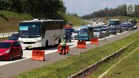 Suasana di jalur arah Jakarta Tol Cipali, Jawa Barat, Kamis (29/6). Sejumlah kepolisian disiagakan untuk mengatur lalu lintas di Tol Cipali yang semakin padat oleh pemudik arus balik. (Liputan6.com/Faizal Fanani)