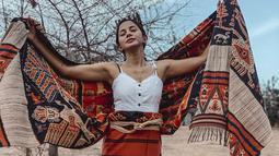 Lewat unggahan foto di Instagramnya, Kirana Larasati membagikan momen dirinya dan sahabat saat berada di tanah Sumba. Tak hanya menikmati pemandangan, Kirana juga mengaku jatuh cinta dengan kain etnik tersebut. (Liputan6.com/IG/@kiranalarasati)