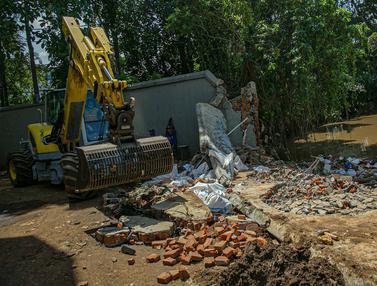 FOTO: Sebabkan Banjir, Tembok Kali Krukut yang Jebol Diperbaiki