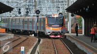 PT Kereta Api Indonesia (KAI) kembali mengoperasikan lintas Jakarta Kota-Tanjung Priok, Jakarta, Senin (21/12). Pengoperasian rute akan difasilitasi oleh commuter line yang dioperasikan oleh PT KAI Commuter Jabodetabek (KCJ). (Liputan6.com/Yoppy Renato)