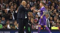 Zinedine Zidane dan Toni Kroos. (AFP/Glyn Kirk)