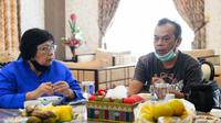 Almarhum Haidir Anwar Tanjung (kiri) berdiskusi soal penerbitan buku konflik harimau sumatra, Bonita, dengan Menteri KLHK Siti Nurbaya. (Liputan6.com/Istimewa)