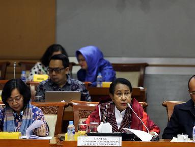 Menteri PPPA Yohana Yambise (tengah) memberi penjelasan kepada Komisi VIII DPR dalam rapat kerja di Kompleks Parlemen, Senayan, Jakarta, Rabu (4/9/2019). Jika kementerian lain mengajukan penambahan pagu anggaran, Kementerian PPPA malah menurunkan pagu anggaran 2020. (Liputan6.com/JohanTallo)