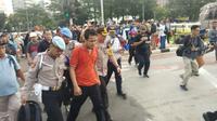 Aksi Unjuk Rasa di Patung Kuda Digegerkan Ulah Pemuda yang Halangi Mobil Melintas (Foto: Liputan6/Ady Anugrahadi)