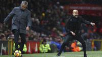 Pelatih Manchester United, Jose Mourinho dan pelatih Manchester City, Pep Guardiola, pada laga Premier League di Stadion Old Trafford, Minggu (10/12/2017). Manchester United takluk 1-2 dari Manchester City. (AP/Dave Thompson)