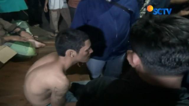 Iis ditangkap dan dihajar warga karena dituduh merampas sepeda motor milik Amir.