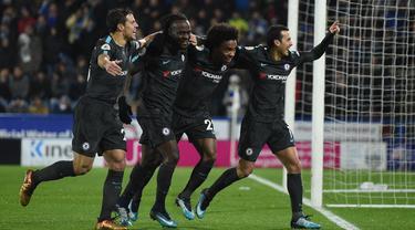 Para pemain Chelsea merayakan gol yang dicetak Pedro ke gawang Huddersfield pada laga Premier League di Stadion John Smith, Huddersfield, Selasa (12/12/2017). Huddersfield kalah 1-3 dari Chelsea. (AFP/Oli Scarff)