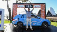 seorang pria bernama Wiebe Wakker sukses melakukan perjalanan dengan mobil listrik (express)