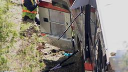 Seorang petugas berusaha mengevakuasi korban di dalam bangkai bus carteran yang kecelakaan di Loxley, Alabama (13/3). Bus tersebut membawa anggota band SMA di Texas pulang dari Disney World. (Gregg Pachkowski/Pensacola News Journal via AP)