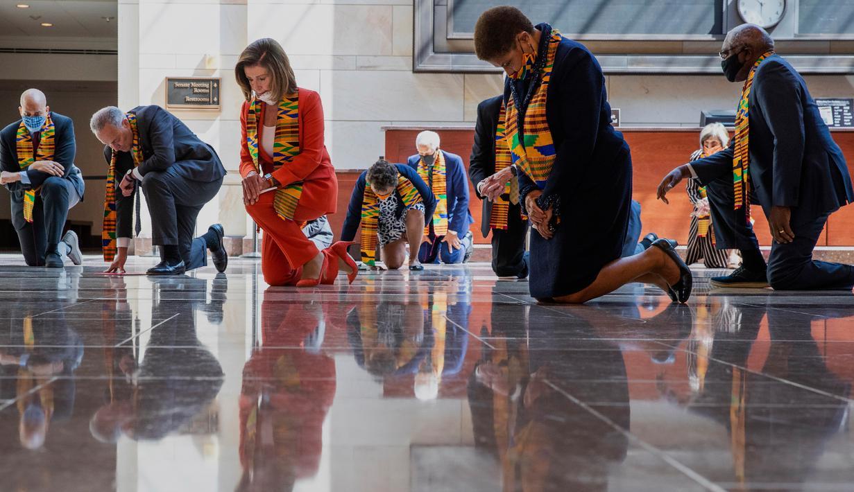 Ketua DPR Nancy Pelosi (tengah) bersama beberapa anggota Kongres AS dari Fraksi Demokrat berlutut dan mengheningkan cipta di Gedung Kongres AS, Senin (8/5/2020). Mereka berlutut untuk memberikan penghormatan terhadap mendiang George Floyd dan korban kebrutalan polisi lainnya (AP/Manuel Balce Ceneta)