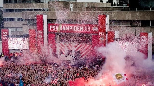 PSV Eindhoven berhasil menjadi juara kompetisi Eridivisie, Belanda pada musim 2015-106. Fans pun menggelar pesta juara yang meriah.