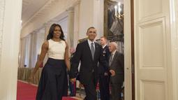 Foto ini diambil saat Barack Obama dan istri memasuki East Room untuk Ceremony Awarding the Presidential Medal of Freedom di White House, Washington. (MICHAEL REYNOLDS/EPA/REX/SHUTTER/HollywoodLife)