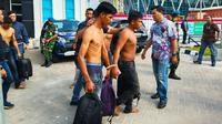 Tersangka penyelundupan sabu dalam sepatu dibawa polisi dari Bandara Pekanbaru. (Liputan6.com/M Syukur)