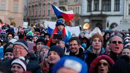 Ribuan orang berkumpul untuk menyambut atlet Olimpiade Musim Dingin Ester Ledecka di Old Town Square di Praha, Ceko (26/2). (AP Photo / Petr David Josek)