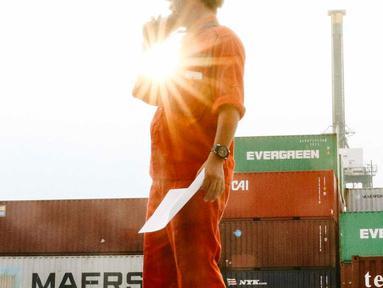 Aktivitas bongkar muat peti kemas di Pelabuhan Tanjung Priok, Jakarta, Rabu (31/10). PT Pelabuhan Indonesia II (Persero) atau IPC menerapkan sistem baru untuk mempermudah konsumen melakukan pembayaran. (Liputan6.com/Immanuel Antonius)