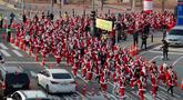 Peserta yang mengenakan kostum Sinterklas mengikuti lomba lari maraton dalam acara Santa Run 2019 di Goyang, Korea Selatan, Sabtu (7/12/2019). Sekitar 2.000 peserta berpartisipasi dalam lomba marathon lari 5 kilometer dan 10 kilometer. (AP Photo/Lee Jin-man)