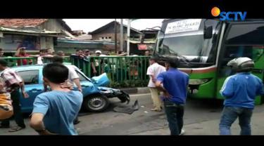 Kecelakaan beruntun empat kendaraan ini terjadi akibat bus melaju kencang tak terkendali dari Tanah Abang menuju Slipi.