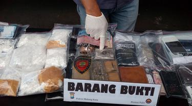 Barang bukti narkoba jenis pil koplo dan ganja di Markas Polres Malang Kota (Liputan6.com/Zainul Arifin)