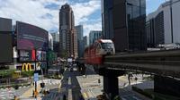 Malaysia Lockdown Dilonggarkan: Sebuah monorel bergerak melalui distrik perbelanjaan kosong di pusat kota Kuala Lumpur, Malaysia, Senin, (4/5/2020). Banyak sektor bisnis dibuka kembali pada Senin di beberapa bagian Malaysia sejak penguncian sebagian virus dimulai 18 Maret. (AP/Vincent Thian)