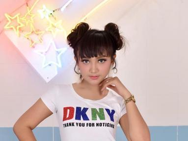 JIhan Audy, penyanyi dangdut muda asal Sidoarjo memang selalu tampil menawan. Terlebih, perempuan kelahiran 12 Januari 2004 memiliki gaya penampilan yang imut seperti saat tampil dengan rambut berponi. (Liputan6.com/IG/@jihanaudy123_real)