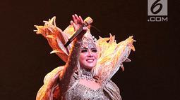 Penyanyi Syahrini saat konser Journey of Syahrini di Ciputra Artpreneur, Jakarta, Kamis (20/9). Penyanyi berusia 36 tahun tersebut membawakan 19 lagu seperti Bohong, Tatapan Cinta dan Jangan Memilih Aku feat Rendy Pandugo. (Liputan6.com/Faizal Fanani)