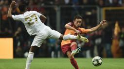 Bek Galatasaray, Yuto Nagatomo, berusaha mengirim umpan saat melawan Real Madrid pada laga Liga Champions di Stadion Ali Sami Yen Spor, Istanbul, Selasa (22/10). Galatasaray kalah 0-1 dari Madrid. (AFP/Ozan Kose)