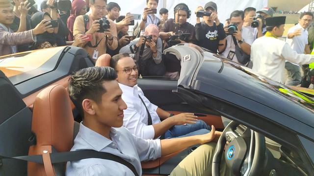 Gubernur DKI Jakarta Anies Baswedan ikut serta dalam konvoi kendaraan listrik,
