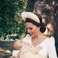 Pangeran Louis digendong oleh ibunya, Kate Middleton, di taman Clarence House usai pembaptisannya. (Twitter @KensingtonRoyal)