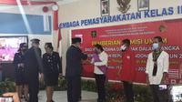 Foto: Kepala Kantor Wilayah Kementerian Hukum dan HAM Provinsi NTT, Marciana Jone, saat menyerahkan remisi terhadap napi (Liputan6.com/Ola Keda/
